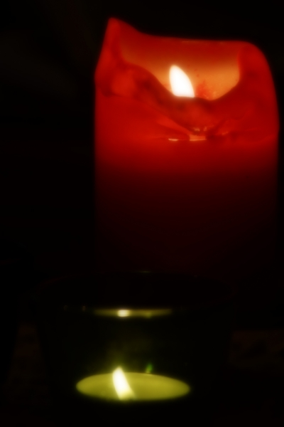3343098-red-candle-light